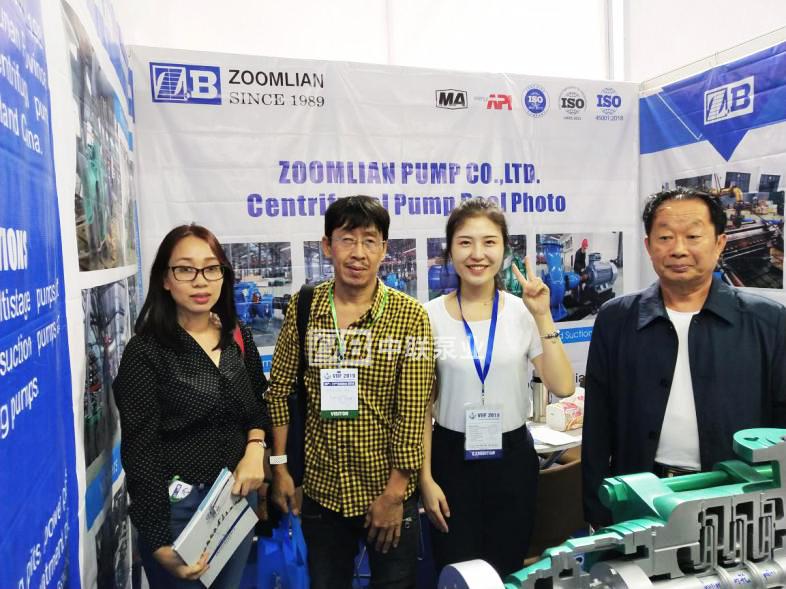 2019越南工業博覽會:參展人員與越南客戶留影