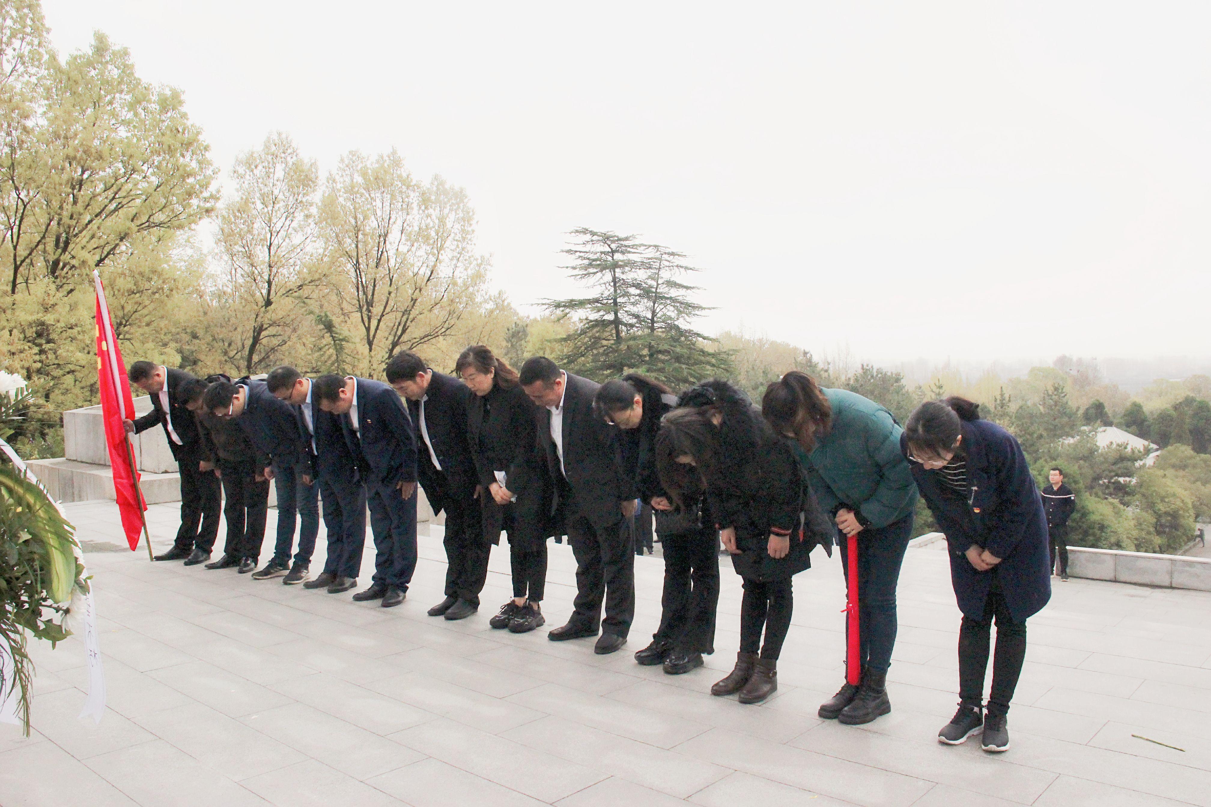 向烈士紀念碑三鞠躬 8_mh1617185212494