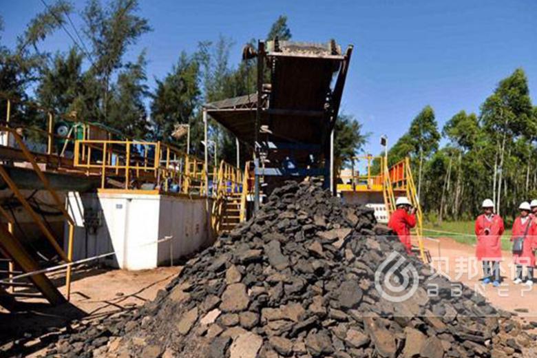 Oil field mud treatment solution