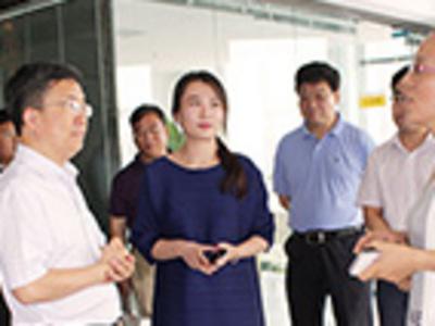 河南省商务厅副厅长张雷明一行莅临龙昌集团郑州国贸部视察指导