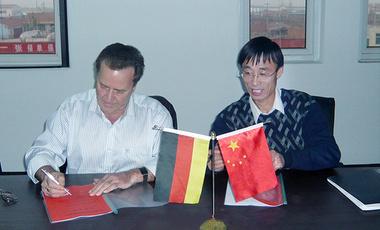 董事长张景杰与德国IVA董事长KRETSCHMER签署合作协议